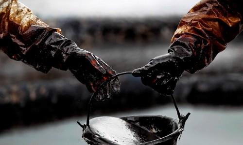 Нефтяники с ведром нефти